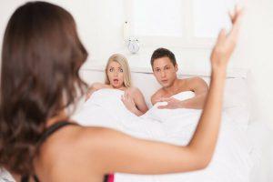 16 Dấu hiệu đàn ông ngoại tình – Biểu hiện khác lạ khi ở nhà