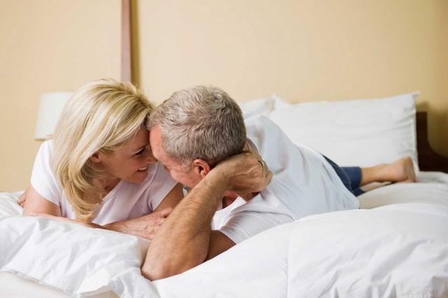 Đàn ông ngoại tình ở tuổi 50 có yêu vợ không