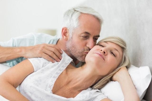 Tại sao đàn ông ngoại tình ở tuổi 50