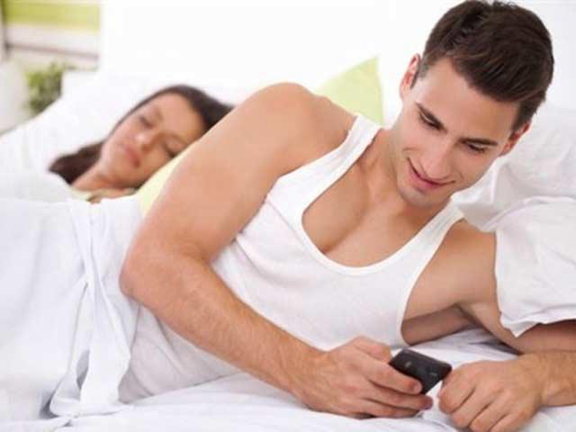 Nên làm gì khi phát hiện chồng nhắn tin cho gái?